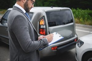 סוכן ביטוח רכב ממלא דוח
