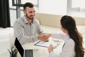 לקוח מרוצה לאחר פגישה עם סוכן ביטוח