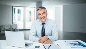 יועץ ביטוח עסקי יושב במשרד