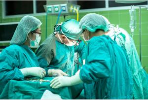 צוות מנתחים בזמן השתלה